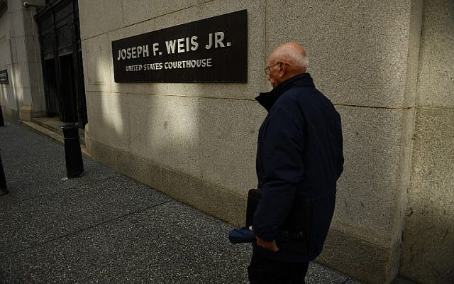 A man walks by the Joseph F. Weis Jr. US Courthouse, where Robert Bowers, the man accused of killing 11 worshipers in a Pittsburgh synagogue on October 27 appeared in federal court on October 29, 2018. (Brendan Smialowski / AFP)