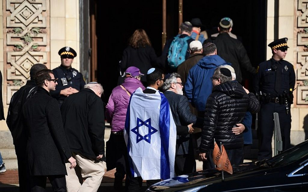 People arrive at the Rodef Shalom Congregation where the funeral for Tree of Life Congregation mass shooting victims Cecil Rosenthal and David Rosenthal who are brothers was held October 30, 2018 in Pittsburgh, Pennsylvania. (Brendan SMIALOWSKI / AFP)