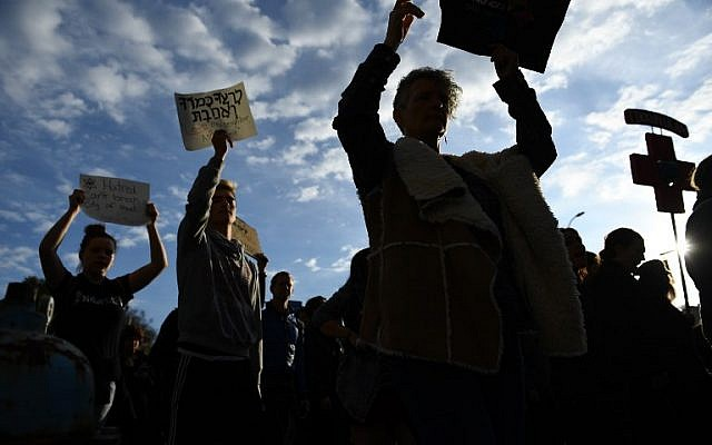 People protest the arrival of US President Donald Trump as he visits the Tree of Life Congregation on October 30, 2018 in Pittsburgh, Pennsylvania. - Scores of protesters took to the streets of Pittsburgh to denounce a visit by US President Donald Trump in the wake of a mass shooting at a synagogue that left 11 people dead.  (Photo by Brendan Smialowski / AFP)