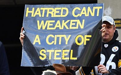 A fan holds up a sign to honor the victims of the shooting at the Tree of Life Synagogue during the game between the Pittsburgh Steelers and the Cleveland Browns at Heinz Field in Pittsburgh, Pennsylvania, on October 28, 2018. (Joe Sargent/Getty Images/AFP)