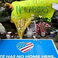 Flowers and cards sit at a makeshift memorial down the street from the site of the mass shooting that killed 11 people and wounded 6 at the Tree Of Life Synagogue on October 28, 2018 in Pittsburgh, Pennsylvania.  Jeff Swensen/Getty Images/AFP)