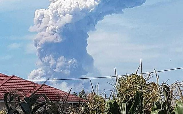 A giant plume of volcanic ash rises from Mount Soputan, in the town of Tomohon, Northern Sulawesi, Indonesia, October 3, 2018. (Hetty Andih/AP)