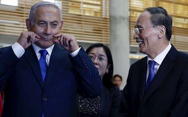 China's Vice President Wang Qishan, right, laughs as Prime Minister Benjamin Netanyahu makes a face as they tour the Israeli Innovation Summit in Jerusalem, October 24, 2018. (AP Photo/Ariel Schalit, Pool)