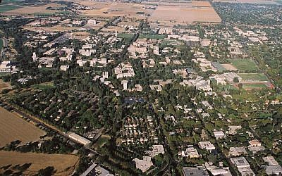 An aerial view of the University of California, Davis campus. (Wikipedia/Arlen/CC BY)