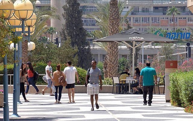 Illustrative image of students in the campus at of Ben-Gurion University of the Negev, on May 8 2013. (Dudu Greenspan/ Flash90)