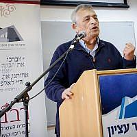Israeli journalist Dan Margalit speaks to students of the Har Etzion Yeshiva in the West Bank settlement of Alon Shvut on December 13, 2017. (Gershon Elinson/Flash90)