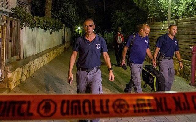 Security forces at the scene where a woman was murdered by her husband at their home in Netanya, October 14, 2018. (Flash90)