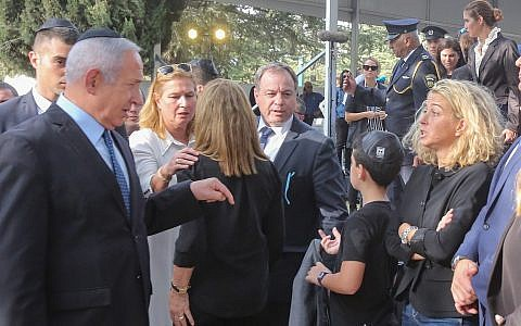 Prime Minister Benjamin Netanyahu speaks with late prime minister Yitzhak Rabin's granddaughter, Noa Rothman, at the state memorial service, marking 23 years since the assassination of Rabin, October 21, 2018. (Marc Israel Sellem/POOL)
