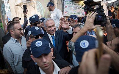 Prime Minister Benjamin Netanyahu visits the Mahane Yehuda market in Jerusalem along with Likud minister and Jerusalem mayoral candidate Ze'ev Elkin on October 24, 2018. (Hadas Parush/Flash90)