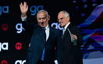 Prime Minister Benjamin Netanyahu (L) and and Richard Sandler, chairman of board of trustees for the Jewish Federation of North America, at the JFNA's General Assembly in Tel Aviv, on October 24, 2018. (Tomer Neuberg/Flash90)