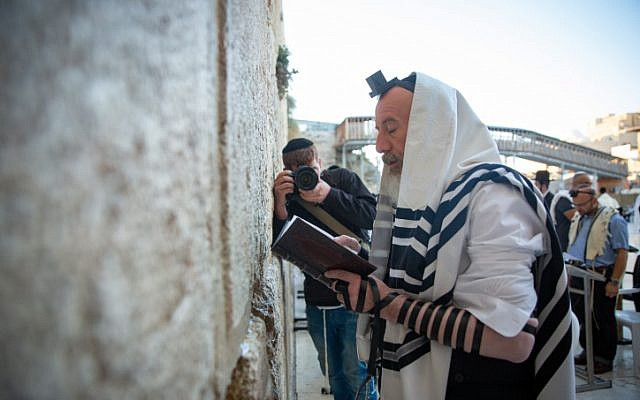 Jerusalem mayoral candidate Yossi Daitch prays at the Western Wall, in Jerusalem Old City on the day of the municipal elections on October 30, 2018. (Aharon Krohn/Flash90)