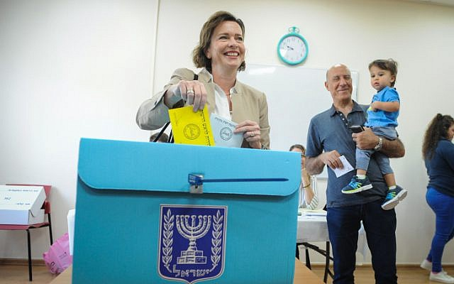 Haifa Mayoral Candidate Dr. Einat Kalish casts her ballots at a voting station on the morning of the Municipal Elections, on October 30, 2018, in Haifa. (Meir Vaknin/Flash90)