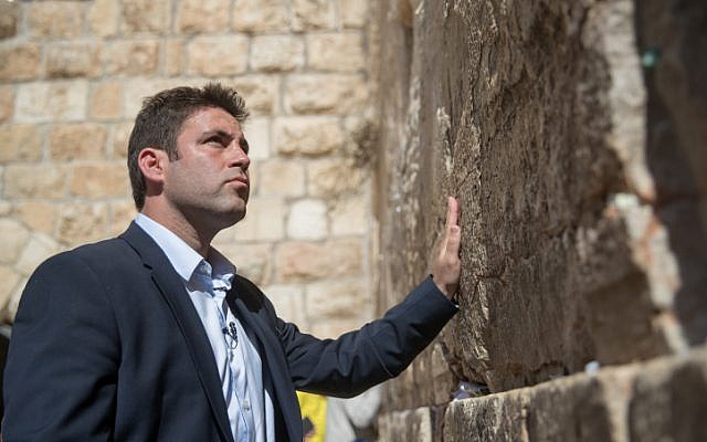 Jerusalem mayoral candidate Ofer Berkovich prays at the Western Wall, in Jerusalem Old City, on the day of the municipal elections on October 30, 2018. (Yonatan Sindel/Flash90)