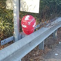 An incendiary balloon found clinging to a railing on the side of Sprinzak Street in the central Israeli city of Rishon Lezion, October 12, 2018. (Israel Police)