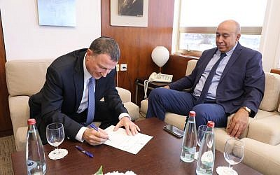 Zouheir Bahloul (R) handing his resignation letter from the Knesset to Knesset speaker Yuli Edelstein, October 16, 2018. (Knesset)