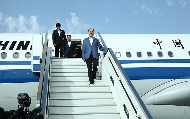 Chinese Vice President Wang Qishan arrives in Israel, October 22, 2018 (Miri Shimonovich)