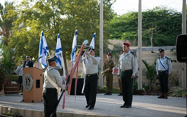 IDF chief Gadi Eisenkot awards a letter of commendation to the army's Gaza Division at its headquarters in Reim, near the Gaza border, on October 10, 2018. (Israel Defense Forces)