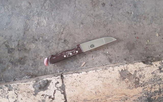 A knife found on the person of a Palestinian who arrived at the Tomb of the Patriarchs and who Border Police say was likely planning an attack, October 23, 2018 (Israel Police)