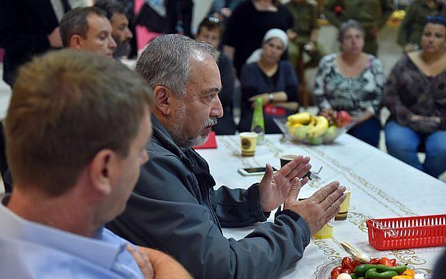 Defense Minister Avigdor Liberman speaks to residents of the Gaza periphery in Kibbutz Kerem Shalom on October 26, 2018. (Ariel Hermoni/Defense Ministry)