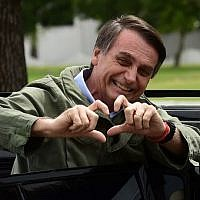 Jair Bolsonaro gestures to supporters during the second round of the presidential elections, in Rio de Janeiro, Brazil, on October 28, 2018. (MAURO PIMENTEL / AFP)