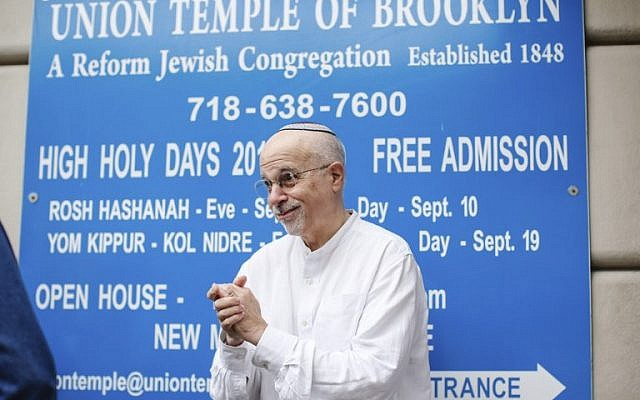 Rabbi Mark Sameth thanks members of the Brooklyn Jewish community at the door of Union Temple of Brooklyn on November 2, 2018 in New York City. (Kena Betancur/AFP)