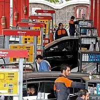 Iranians drivers fill their tanks at a gas station in the capital Tehran on November 5, 2018. (ATTA KENARE / AFP)