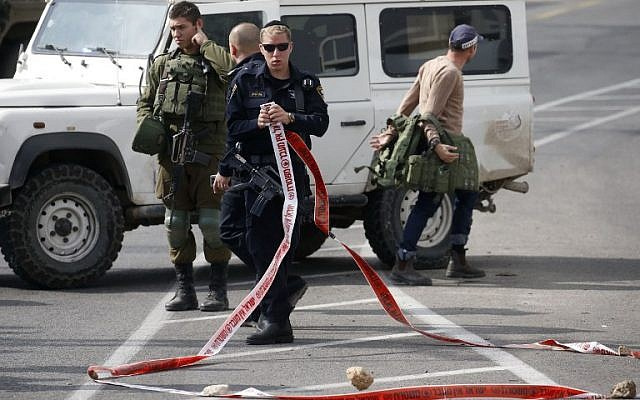Israeli police and soldiers inspect the scene of a thwarted stabbing attack at Elias junction near Hebron and the settlement of Kiryat Arba in the West Bank on November 5, 2018. (HAZEM BADER / AFP)