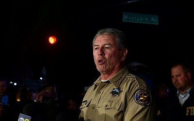 Ventura County Sheriff Geoff Dean briefs reporters at the intersection of US 101 freeway and the Moorpark Rad exit as police vehicles close off the area responding to a shooting at a bar in Thousand Oaks, California on November 8, 2018 (Frederic J. BROWN / AFP)