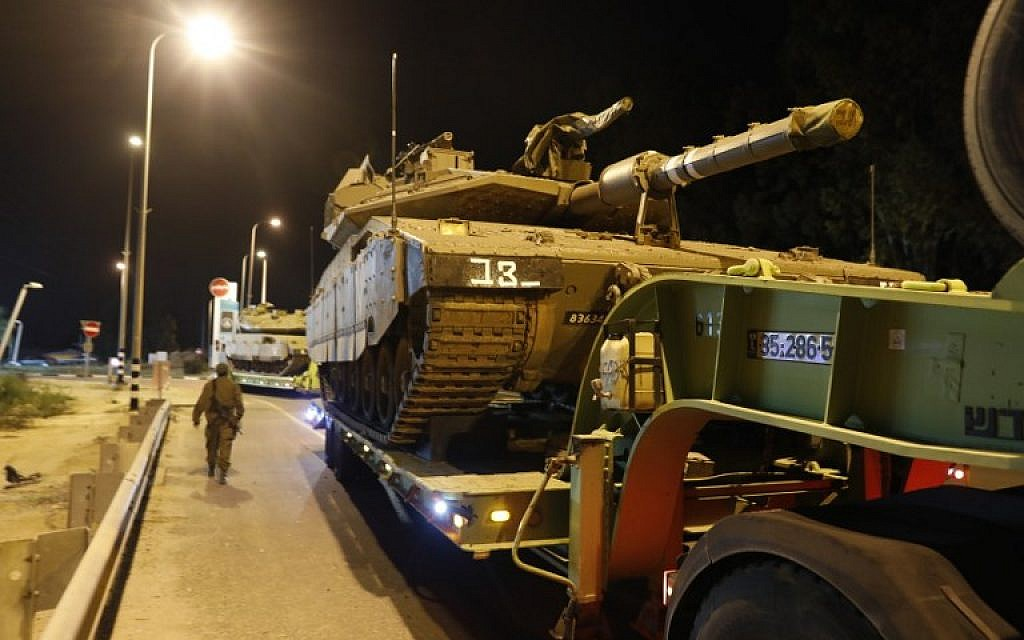A picture taken on November 12, 2018 shows a convoy of Israeli tanks on the highway near the southern Israeli town of Sderot (Menahem KAHANA / AFP)