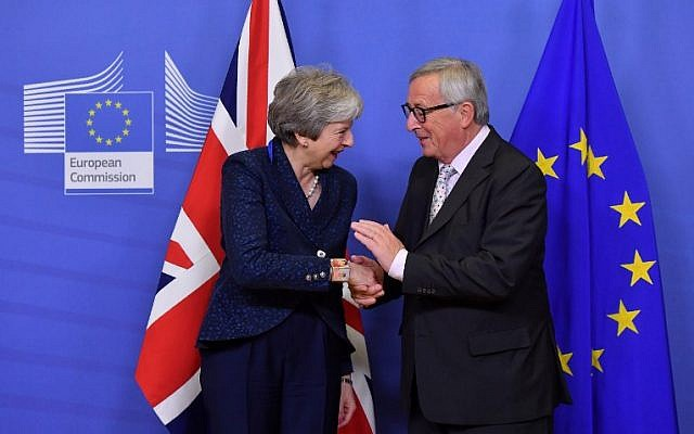 EU Commission President Jean-Claude Juncker shakes hands with Britain's Prime Minister Theresa May as she arrives for Brexit talks at the EU Headquarters in Brussels on November 24, 2018. (EMMANUEL DUNAND / AFP)