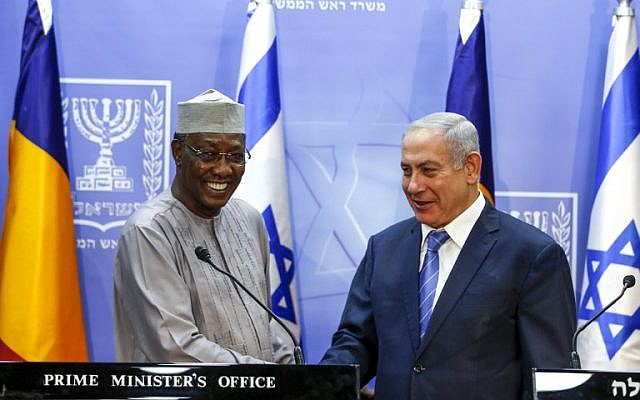 Prime Minister Benjamin Netanyahu shakes hands with Chadian President Idriss Deby as they deliver joint statements in Jerusalem, November 25, 2018. (Ronen Zvulun/Pool/AFP)