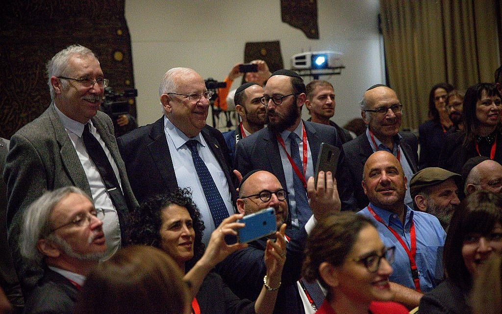Israeli President Reuven Rivlin with a mass of journalists and bloggers who participated in the Jewish Media Summit, at the President's Residence, November 28, 2018. (Laura Ben-David)