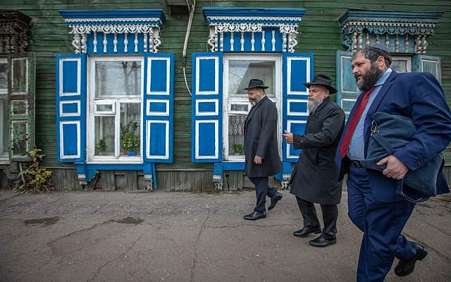 Rabbi Aharon Wagner (first from left) and some of the guests that attended the events for the 200th anniversary walking by a characteristic local wooden building. (Eli Itkin/ Dorit Wagner/The Jewish Community of Irkutsk)