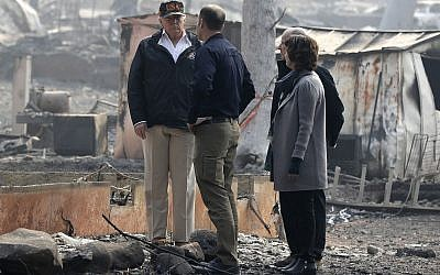 US President Donald Trump talks to FEMA Administrator Brock Long as he tours Paradise, California, local governor Jerry Brown and Paradise Mayor Jody Jones during a visit to a neighborhood impacted by the wildfires, November 17, 2018. (AP Photo/Evan Vucci)