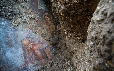 The fresco ''Leda e il cigno'' (Leda and the swan) discovered last Friday in the Regio V archeological area in Pompeii, near Naples, Italy, is seen Nov. 19, 2018 (Cesare Abbate/ANSA via AP)