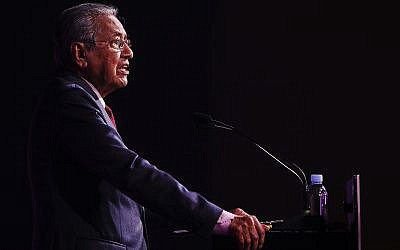 Malaysian Prime Minister Mahathir Mohamad delivers his keynote address during the ASEAN Business and Investment Summit on the sidelines of the 33rd ASEAN summit in Singapore, on November 13, 2018. (AP Photo/Yong Teck Lim)