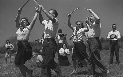 A folk troupe at Kibbutz Dalia, 1944 (GPO, Public Domain/Wikimedia Commons)