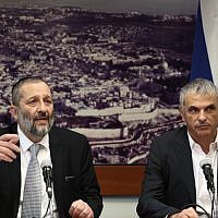 Finance Minister Moshe Kahlon and Interior  Minister Aryeh Deri  in Jerusalem on December 27, 2015. (Flash90)
