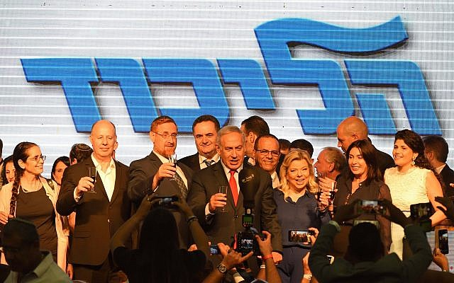 Prime Minister Benjamin Netanyahu (C) takes part in a toast with his wife and Likud lawmakers during an event in Tel Aviv held by the ruling party to mark the Jewish new year's, on September 6, 2018. (Gili Yaari/Flash90)