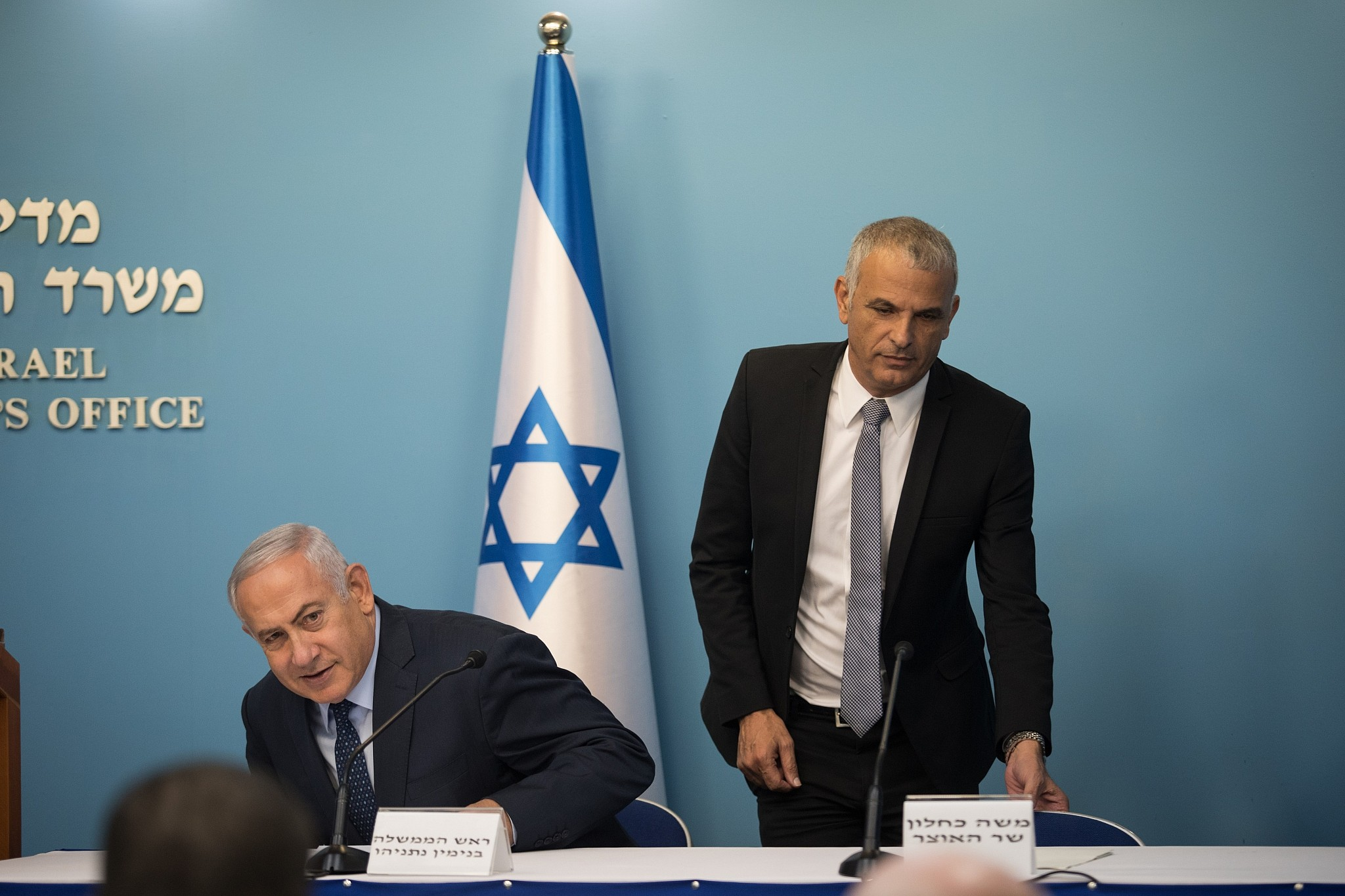Israel set for early elections after cabinet breaks up, source says