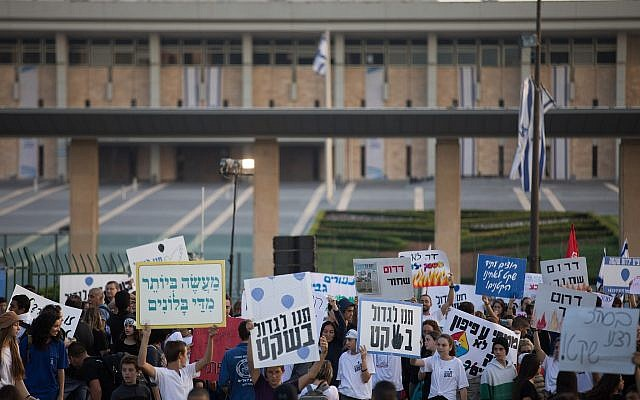 Israeli youth hold signs as they protest for a solution to Gaza border violence in front of the Knesset on November 8, 2018. (Yonatan Sindel/Flash90)