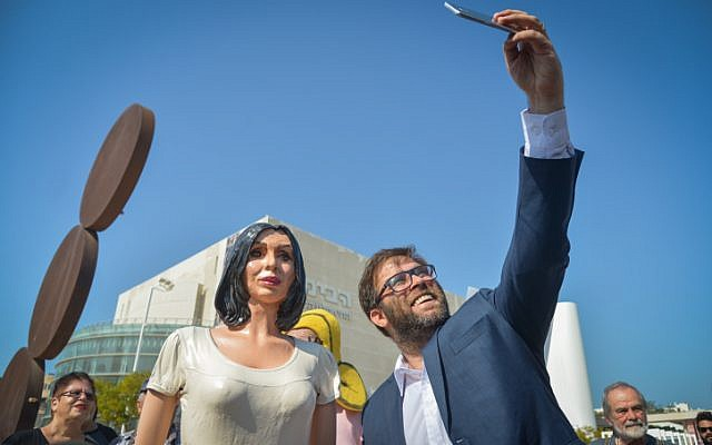 MK Oren Hazan poses for a selfie with a statue of Israeli Culture Minister Miri Regev at Habima Square in Tel Aviv, November 8, 2018.(Yossi Zeliger/Flash90)