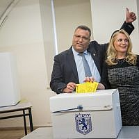 Jerusalem Mayoral candidate Moshe Leon and his wife cast their ballots at a voting station for the Jerusalem municipal elections on November 13, 2018. (Yonatan Sindel/Flash90)