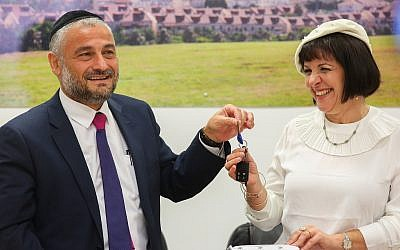 Beit Shemesh's newly elected Mayor Aliza Bloch with outgoing mayor Moshe Abutbul during a press conference at the municipality building on November 20, 2018 (Yaakov Lederman/Flash90)