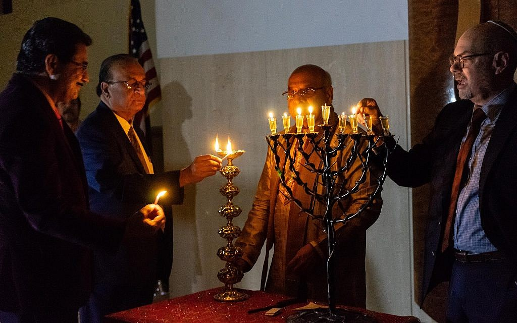 Candle lighting with Rabbi Sidney Helbraun & Acharya Rohit Joshi at the Hindu-Jewish Festival of Lights at Temple Beth-El in Northbrook, Illinois, Sunday, November 18, 2018. (Ronit Bezalel/ Times of Israel)