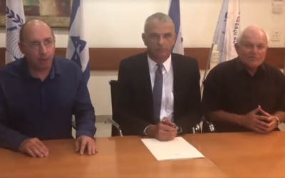 Histadrut head Avi Nissenkorn (L), Finance Minister Moshe Kahlon (C) and Welfare Minister Haim Katz appear in a video on November 6, 2018, announcing a deal to avoid a general strike. (Screen capture: Facebook)