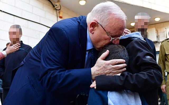 President Reuven Rivlin consoles the family of an IDF officer killed in the Gaza Strip during the officer's funeral o November 12 2018 (Kobi Gideon/GPO)