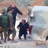 PA Police chief in Hebron Col. Ahmed Abu al-Rub helping Israeli soldiers replace a tire on a military vehicle on November 11, 2018. (Screenshot: Twitter)