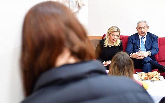 Prime Minister Benjamin Netanyahu with his wife Sara at a women's shelter in Jerusalem. November 25, 2018 (Kobi Gideon/GPO)