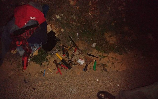 Work tools and knives found in a bag carried by a suspect who tried to infiltrate the West Bank settlement of Har Gilo, November 21, 2018. (Israel Police)